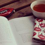 紅茶と教科書の画像