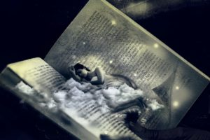 本のなかで睡眠する女性